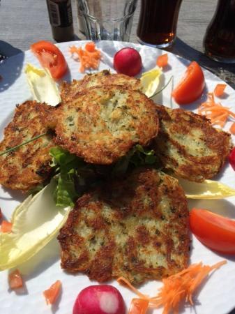 Restaurant La Metzig 1525 : Galettes de pommes de terre et crudités