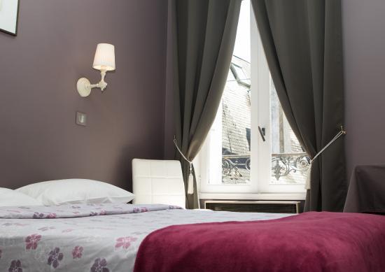 Hotel du Theatre: CHAMBRE DOUCHE/VUE COUR