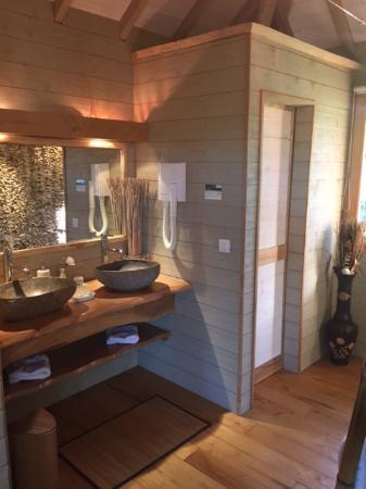 cabane et spa de luxe dans les arbres locations b ziers. Black Bedroom Furniture Sets. Home Design Ideas