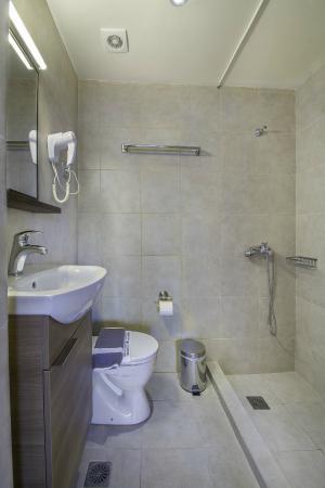 Porto Antico Hotel & Apartments : Bathroom Room 302 (Standard Sea View)