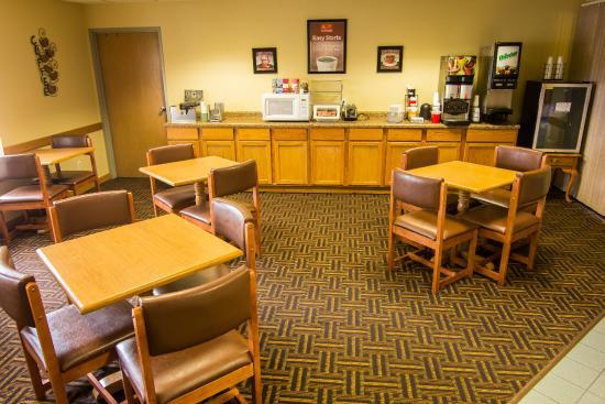 Econo Lodge River Falls: Breakfast Room