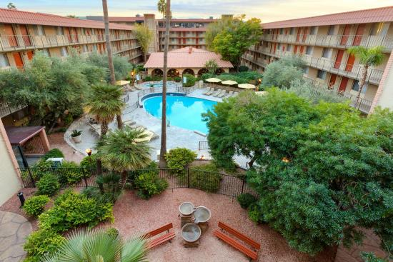 Embassy Suites by Hilton Phoenix Airport: Picture yourself in our peaceful courtyard!