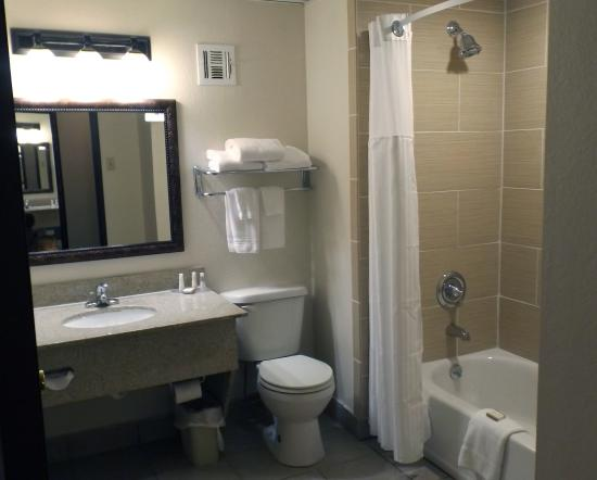 Baymont Inn & Suites Branson-On the Strip: King Room Bathroom