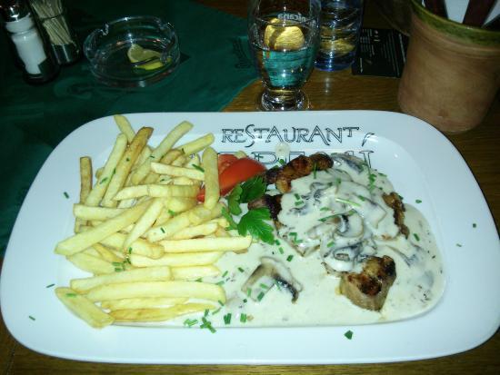 Palavska: Bistecca con crema di funghi e patatine fritte