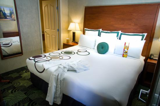 Deerfoot Inn and Casino: Business Boardroom Bedroom