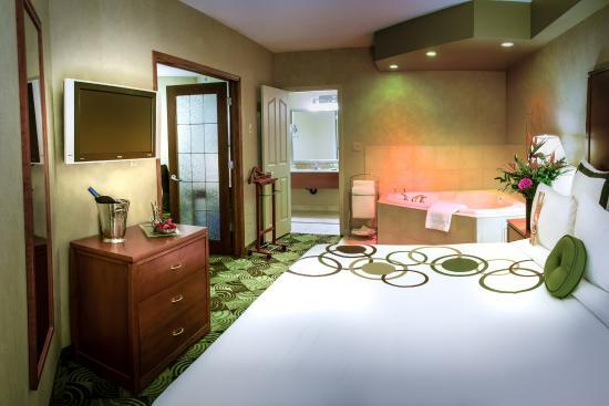 Deerfoot Inn and Casino: Business Jacuzzi Suite Bedroom