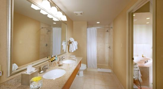 Deerfoot Inn and Casino: Jacuzzi Suite Bathroom