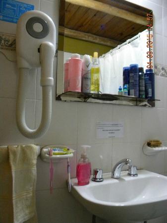 Bosque Encantado Cabanas: Sobre el costado izquierdo, receptáculo para la ducha; atrás, artefactos sanitarios