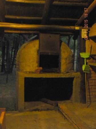 Bosque Encantado Cabanas: Horno de barro, ubicado en el quincho, junto a la parrilla