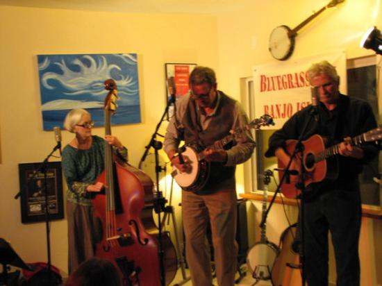 Frisco, Carolina del Norte: The three-person combo is often joined by local and visiting musicians.