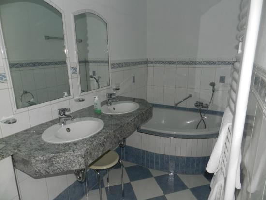 Waldhotel Sommerberg : une des 2 salles de bain de la suite