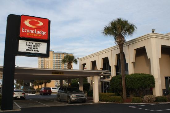 Econo Lodge Inn & Suites Beach: Picture of the front of the hotel.