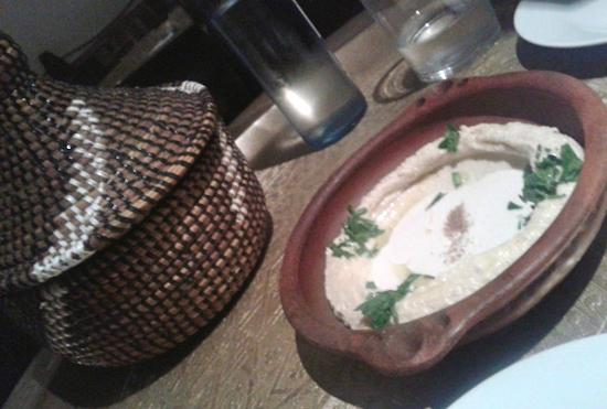 Hummus met olijfolie komijn en groene kruiden fotograf a for La cocina del desierto madrid