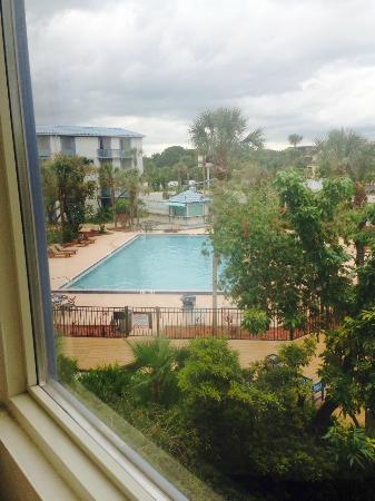 Monumental MovieLand: visão da piscina pela janela do quarto