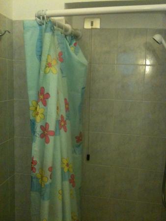 """Hotel Ristorante """"da Cesare"""" : Le rideau de douche"""