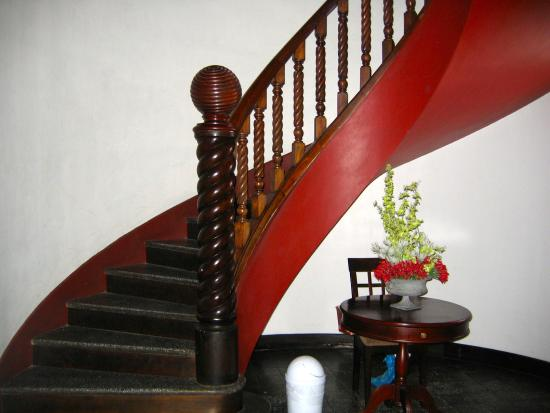 Hostel Casa Colon: Gorgeous winding stairway original mansion
