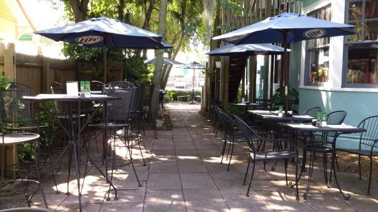 La's Bistro: La's outdoor seating