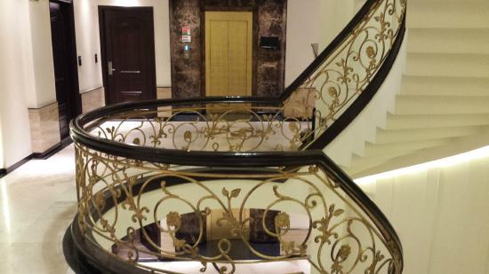 Grand Godwin Hotel: Corredor, elevador e escadarias