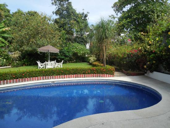 Casa Tukari Assisted Living: Pool and garden view