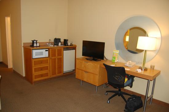 La Quinta Inn & Suites Orange County Airport: very well planned room