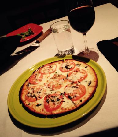 Cafe Italia: Pizza with a gluten free crust and a wonderful glass of Chianti!