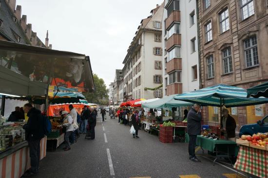La Cruche D'or: ホテルからすぐの通りにマルシェ