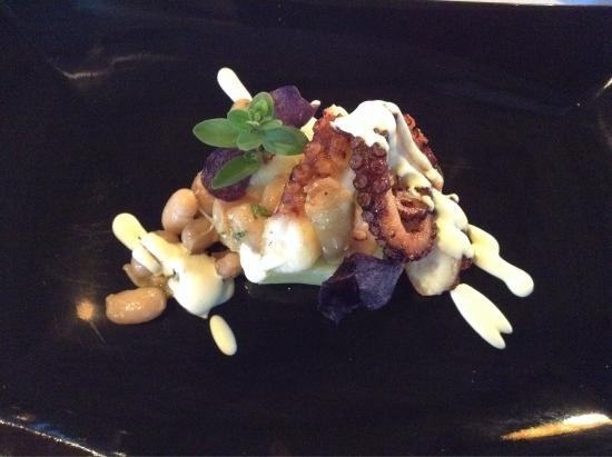 Da Tonino : Polpo alla plancia, patate schiacciate, nasieddu nero (fagiolo), cipollina e rafano