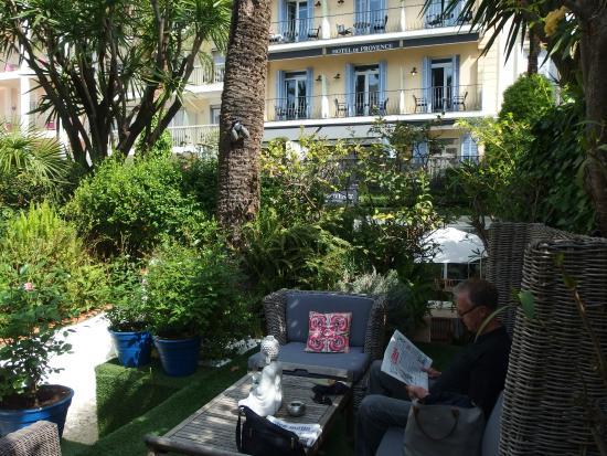 Hotel de Provence : moment calme dans le jardin