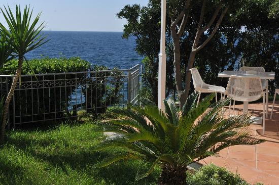 Villa Grachira: Giardino vista mare