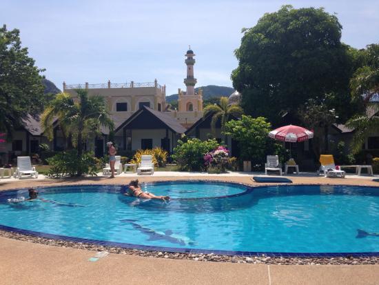 Phi Phi Andaman Legacy: Piscina con Moschea