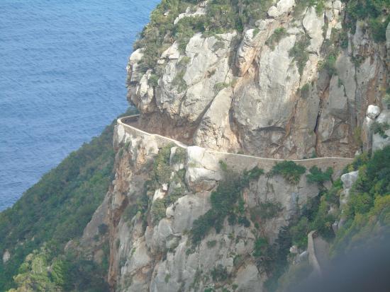 Parc National De Gouraya: Chemin en corniche taillé à même la montagne