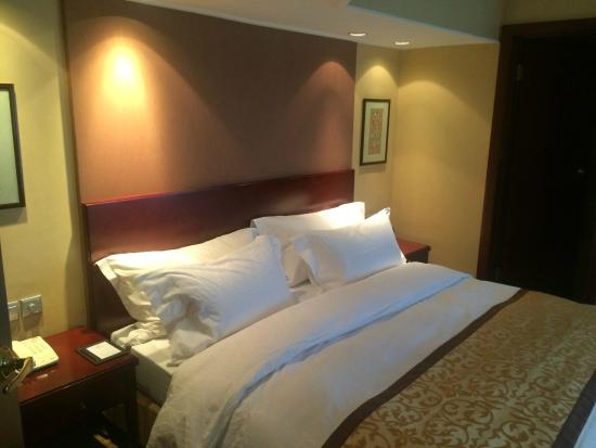 Landmark Towers Hotel: Large Bed