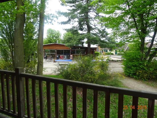 Camping Huttopia Versailles : vue de la terrasse de notre cabane