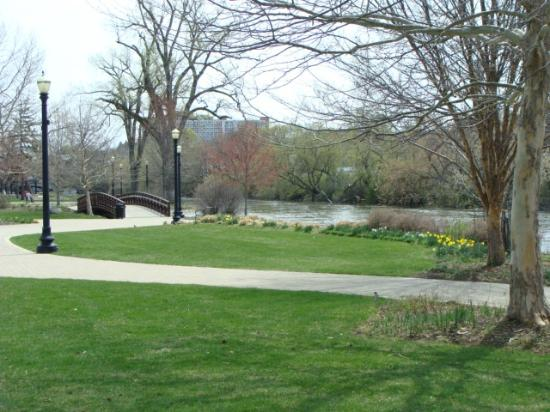 Elgin, إلينوي: River view and path