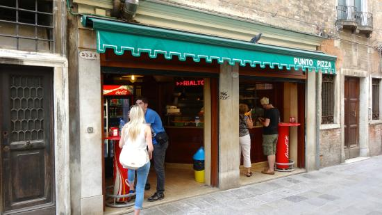 Punto Pizza: Front of Restaurant