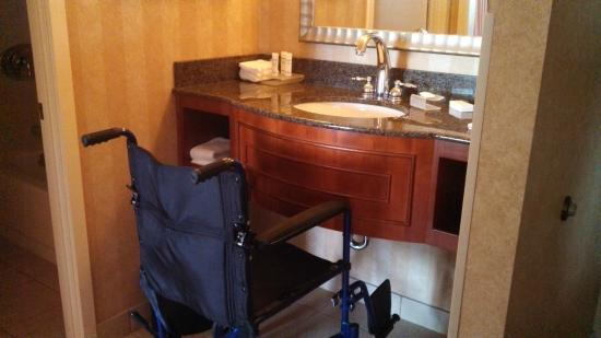 Homewood Suites by Hilton Lincolnshire: vanity is not wheelchair accessible
