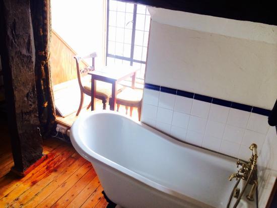 The Old Court House : Family room slipper bath