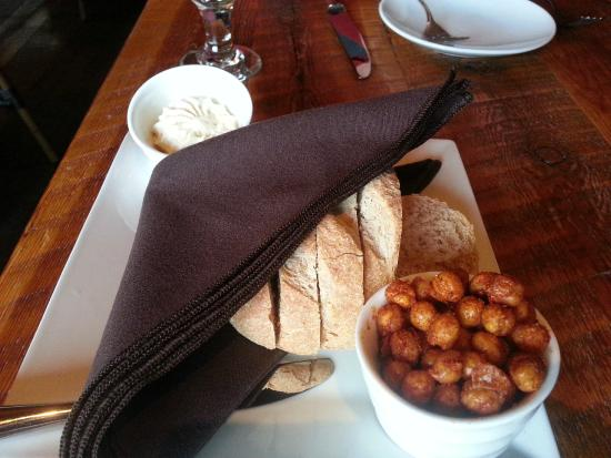 The Rustic Lounge at Cedar Glen Lodge: Complementary bread & roasted chickpeas