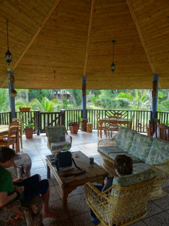 Macaw Bank, Belize: Palapa - living and dining room