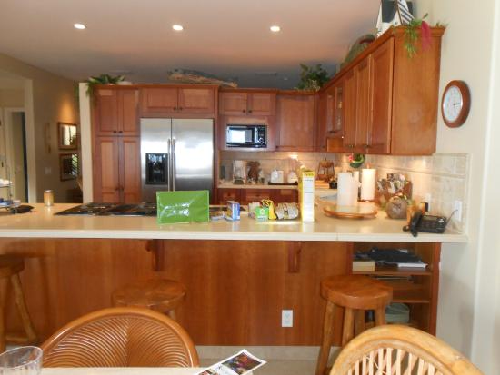 Puamana Townhomes: large kitchen, big table, 3 barstools at counter also