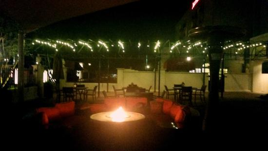 Courtyard Charlotte SouthPark: Patio at night