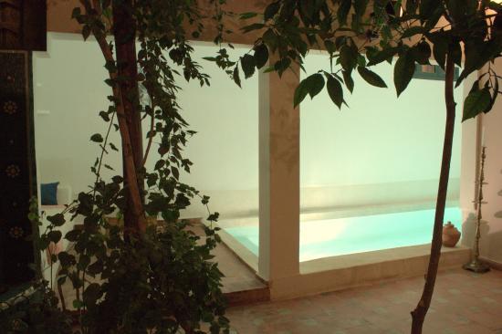 Dar Choumissa: Patio piscine nuit