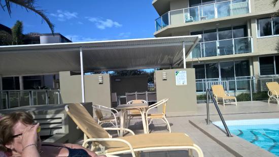 Hi Surf Beachfront Resort Apartments: Pool area