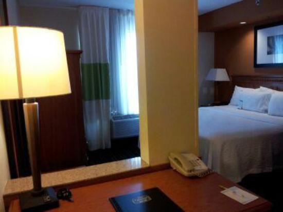 Fairfield Inn & Suites Murfreesboro: Bedroom Area Suite 310