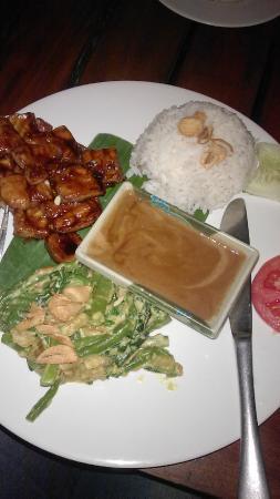Sama Sama Cafe: одно из блюд, заказанное нами (курица с рисом в ореховом соусе)