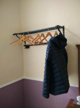 My Place Dublin Hotel: Non in tutte le stanze ci sono gli armadi, ci sono però degli appendini