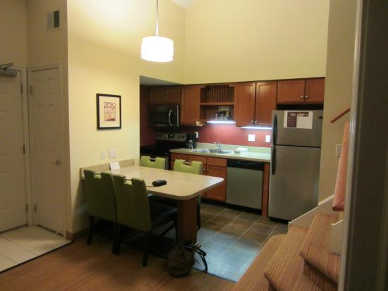 Residence Inn Cherry Hill Philadelphia: Kitchen area from living area