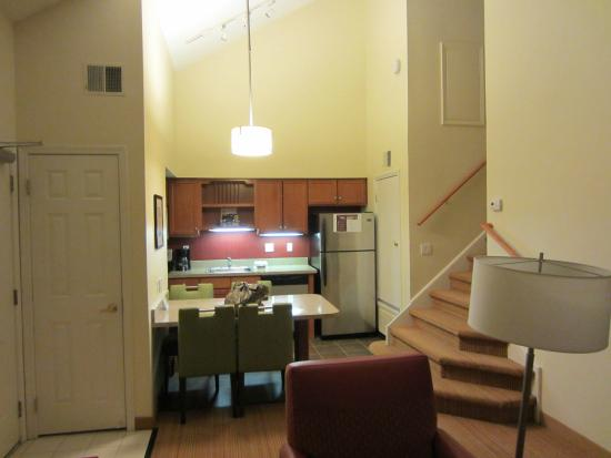 Residence Inn Cherry Hill Philadelphia: Looking at kitchen and stairs to second room from living area