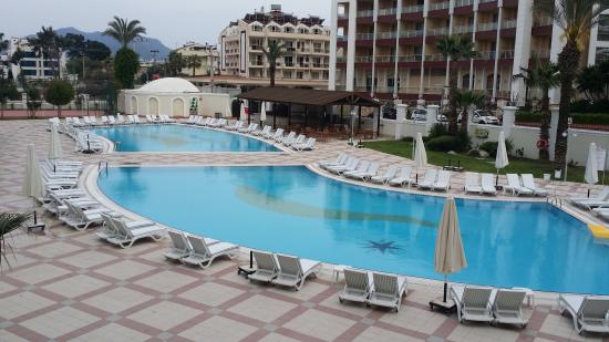Pineta Park Deluxe Hotel: The hotel grounds and pool