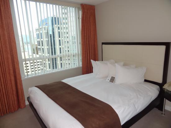 Carmana Plaza: Nice enough bed. Small bedroom.